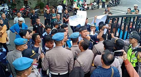 PB Himasi dan FRMB melakukan aksi demontrasi di Kantor BPJS Kesehatan - Demo BPJS Kesehatan Nyaris Ricuh, Cuitan Nyeleneh Jadi Penyebabnya