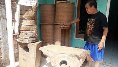 Pengrajin limbah kayu 390x220 - Sulap Limbah Kayu Jadi Seni, Dijual Sampai Mancanegara