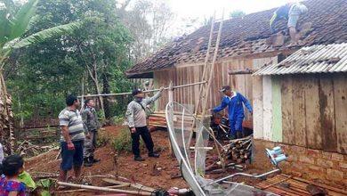 Rumah Rusak 390x220 - Sukabumi Disapu Angin Puting Beliung 14 Rumah Rusak