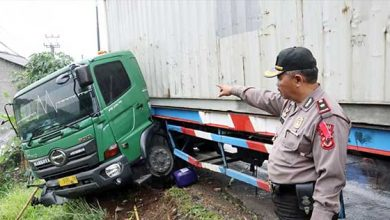 Truk Kontainer Blong 390x220 - Rem Blong, Truk Kontainer Seruduk Toko Matrial