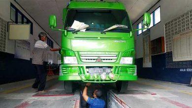 Petugas Dishub Kabupaten Sukabumi saat melakukan uji KIR kendaraan