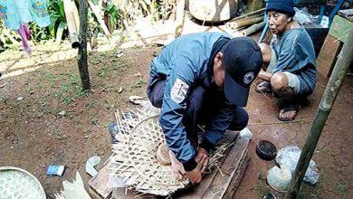 Pengrajin Caping di Jampang Tengah