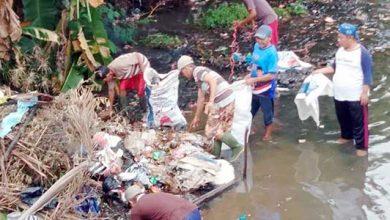 sampah di sungai 390x220 - Warga Bojongsawah Bersihkan Sungai Cikaung