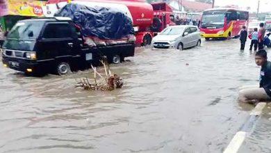 Cibadak Banjir 390x220 - Drainase Buruk, Jalan Sukabumi-Bogor Diterjang Banjir