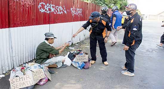 SMKN 2 Kota Sukabumi membagi-bagikan masker
