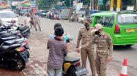 OPERASI: Satpol PP Kabupaten Sukabumi saat melakukan operasi yustisi terhadap pengendara yang tidak menggunakan masker. /FT: Ist