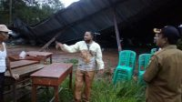 RUSAK: Tempat Pemungutan Suara 13 di Desa Warungkiara Kecamatan Warungkiara rusak setelah diamuk angin kencang sekira pukul 17.00 tadi sore. FT: ist