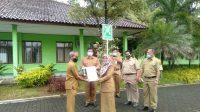PENGHARGAAN: Kepala Dinas Lingkungan Hidup Kabupaten Sukabumi, Dedah Herlina saat memberikan penghargaan kepada kepala sekolah yang berprestasi dalam bidang lingkungan tingkat provinsi.