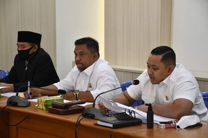 PEMAPARAN: Ketua DPRD Kabupaten Sukabumi, Yudha Sukmagara didampingi wakilnya, Budi Azhar saat memimpin rapat dengan Pemda Kabupaten Sukabumi. FT: DOK Radar Sukabumi