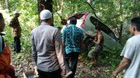 EVAKUASI : Petugas Polsek Tegalbuleud bersama warga saat mengevakuasi mobil Toyota Avanza yang masuk kedalam jurang di Jalan Raya Cikaso, Desa Sumberjaya, Kecamatan Tegalbuleud pada Kamis (20/05/2021).