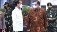 Ketua KPCPEN Airlangga Hartarto saat mendampingi Presiden Joko Widodo