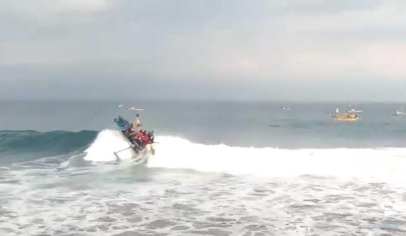 Nelayan-Sukabumi Dihantam Ombak