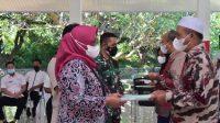 Bupati Bogor, Ade Yasin menyerahkan sertifikat tanah