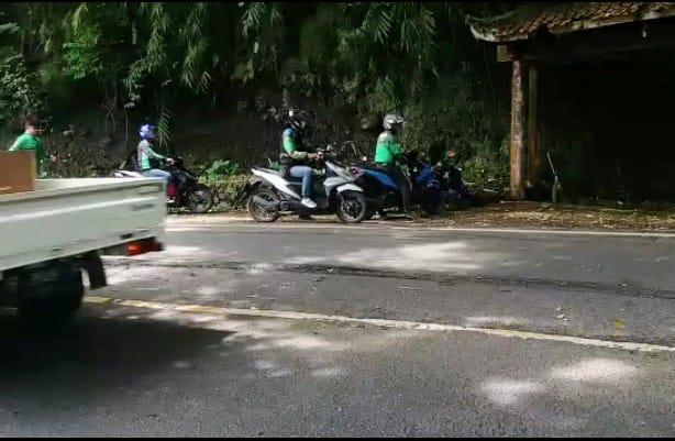 kecelakaan antara dua motor di tikungan Lembah Koi