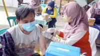 Vaksinasi dilakukan di rumah RW 04